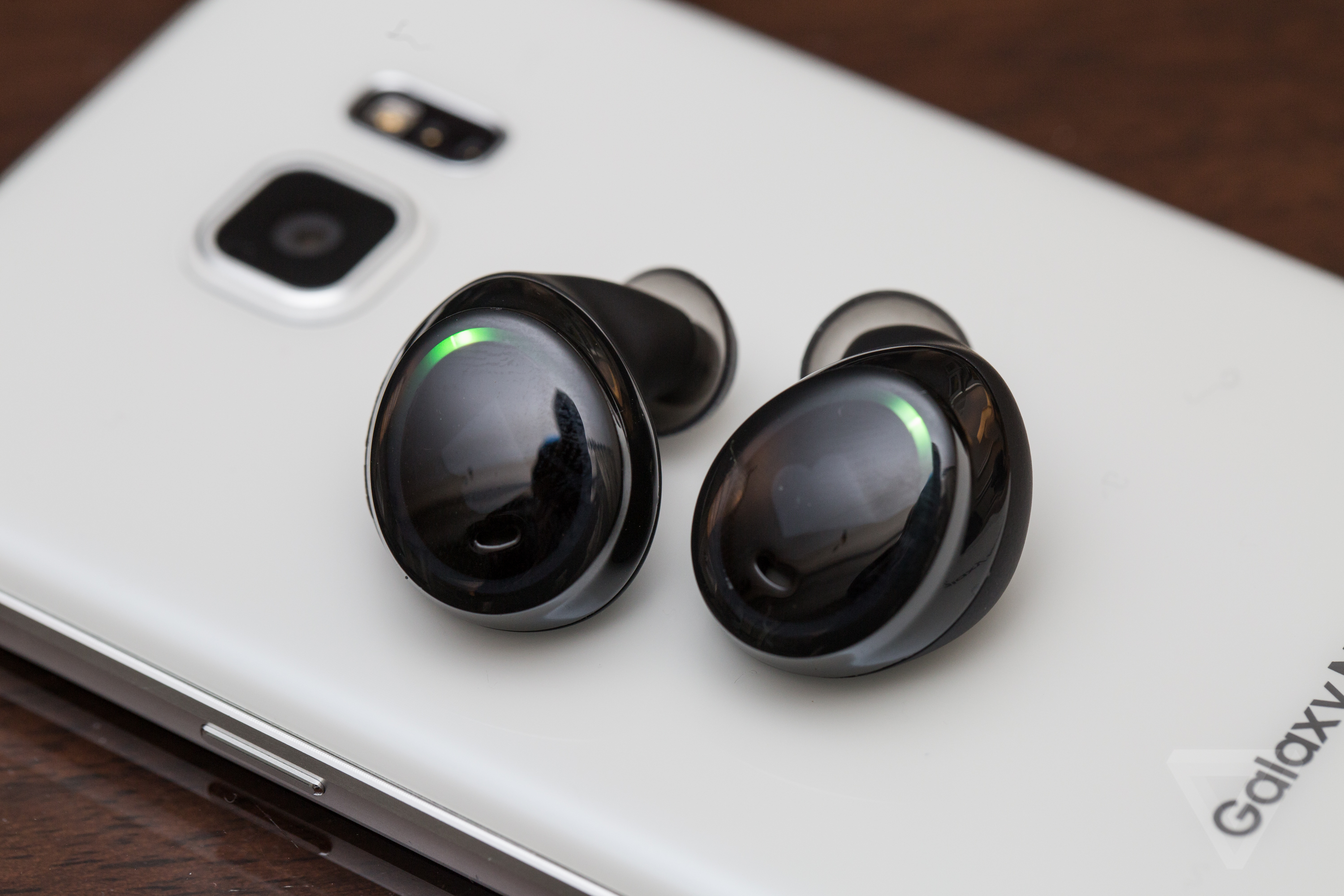 samsung galaxy s8 to come with wireless ear plus device won 39 t feature headphone jack. Black Bedroom Furniture Sets. Home Design Ideas